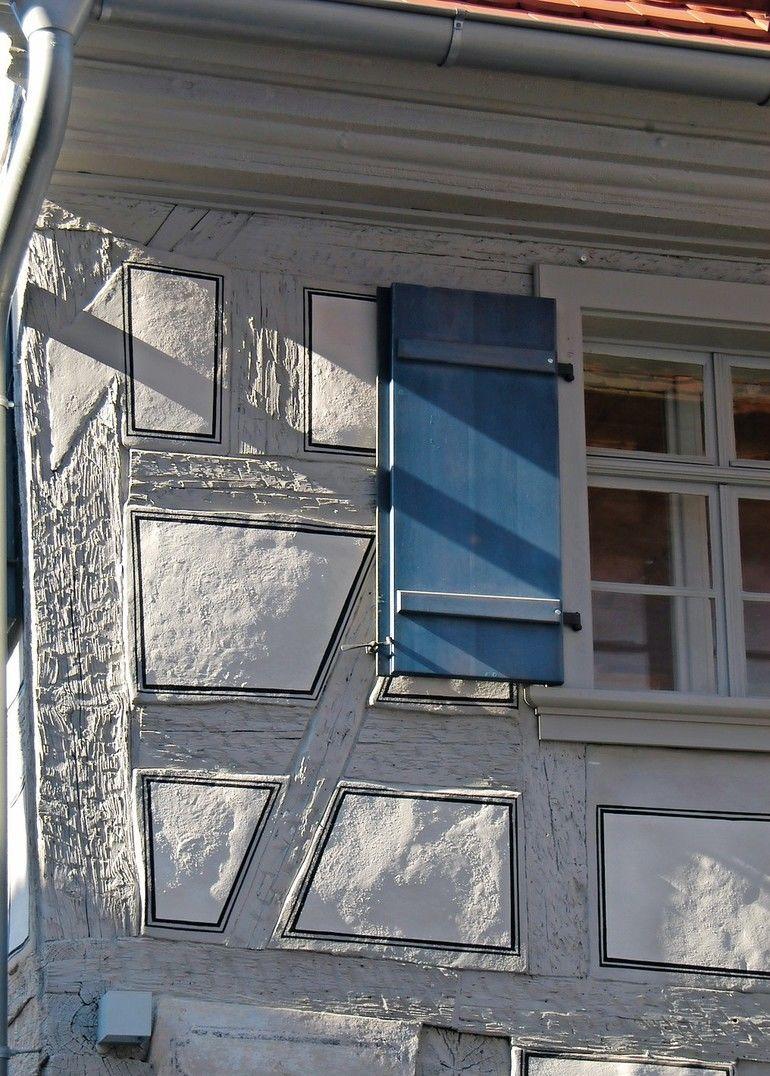 Vor allem bei der Sanierung von Fachwerkhäusern sind Leinölfarben anderen Anstrichsystemen überlegen. Foto: Deffner & Johann